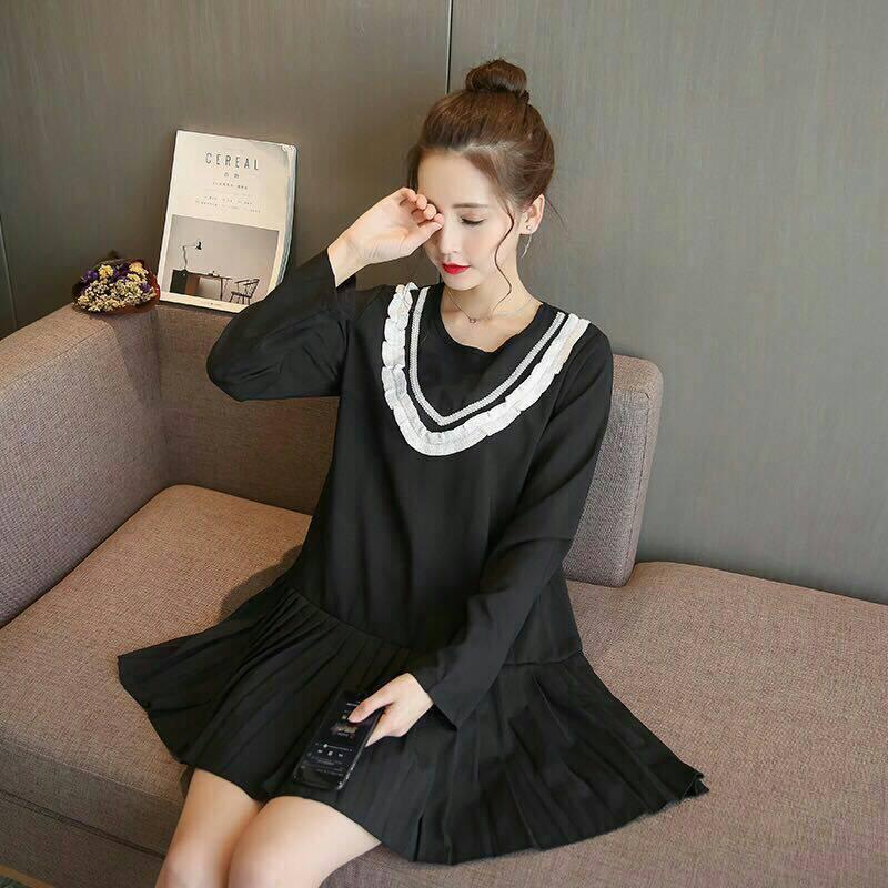 Dress3854 งานนำเข้าสไตล์เกาหลี ชุดเดรสแขนยาวชายระบายอัดพลีททรงปล่อยสีดำ แต่งระบายเล็กๆ สีขาวช่วงอกเพิ่มความน่ารัก งานเป็นทรงฟรีไซส์ ผ้าเนื้อดีนุ่มใส่สบาย งานสวยใส่ได้บ่อยไม่มีเบื่อ