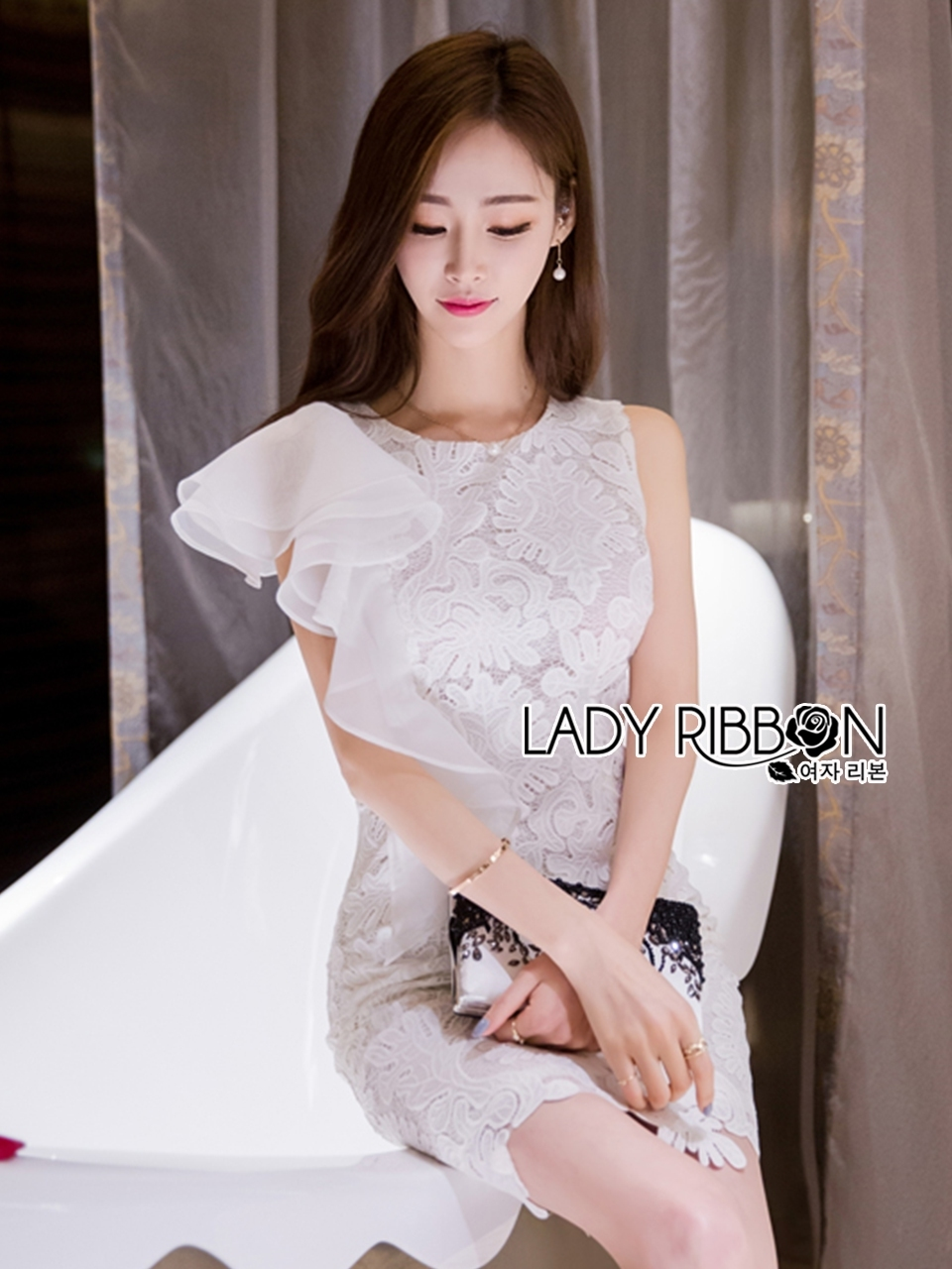 ชุดเดรสเกาหลี พร้อมส่งเดรสแขนกุดผ้าลูกไม้สีขาวตกแต่งระบายด้านข้าง