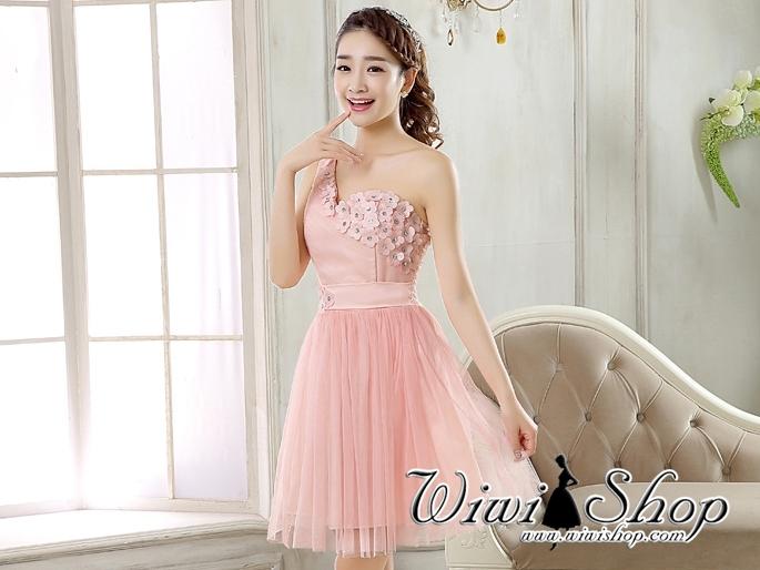 W7254 ชุดราตรีสั้นสีชมพู ไหล่เฉียง แต่งดอกไม้สวยๆ เป็นชุดออกงานสีชมพู ชุดไปงานแต่งงานสีชมพู งานบายเนียร์ธีมสีชมพู