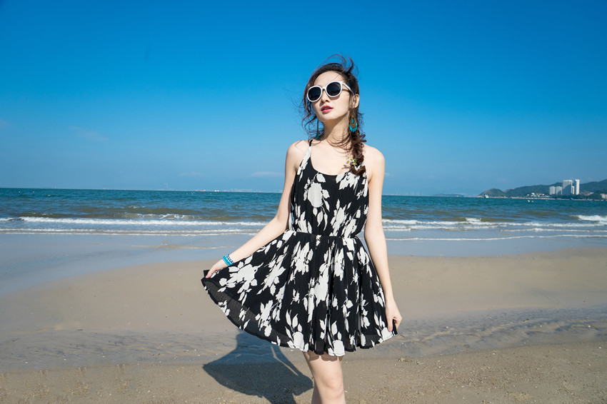 ชุดเดรสสั้นสีดำลายดอกไม้ แฟชั่นชุดไปเที่ยวทะเลสวยๆ