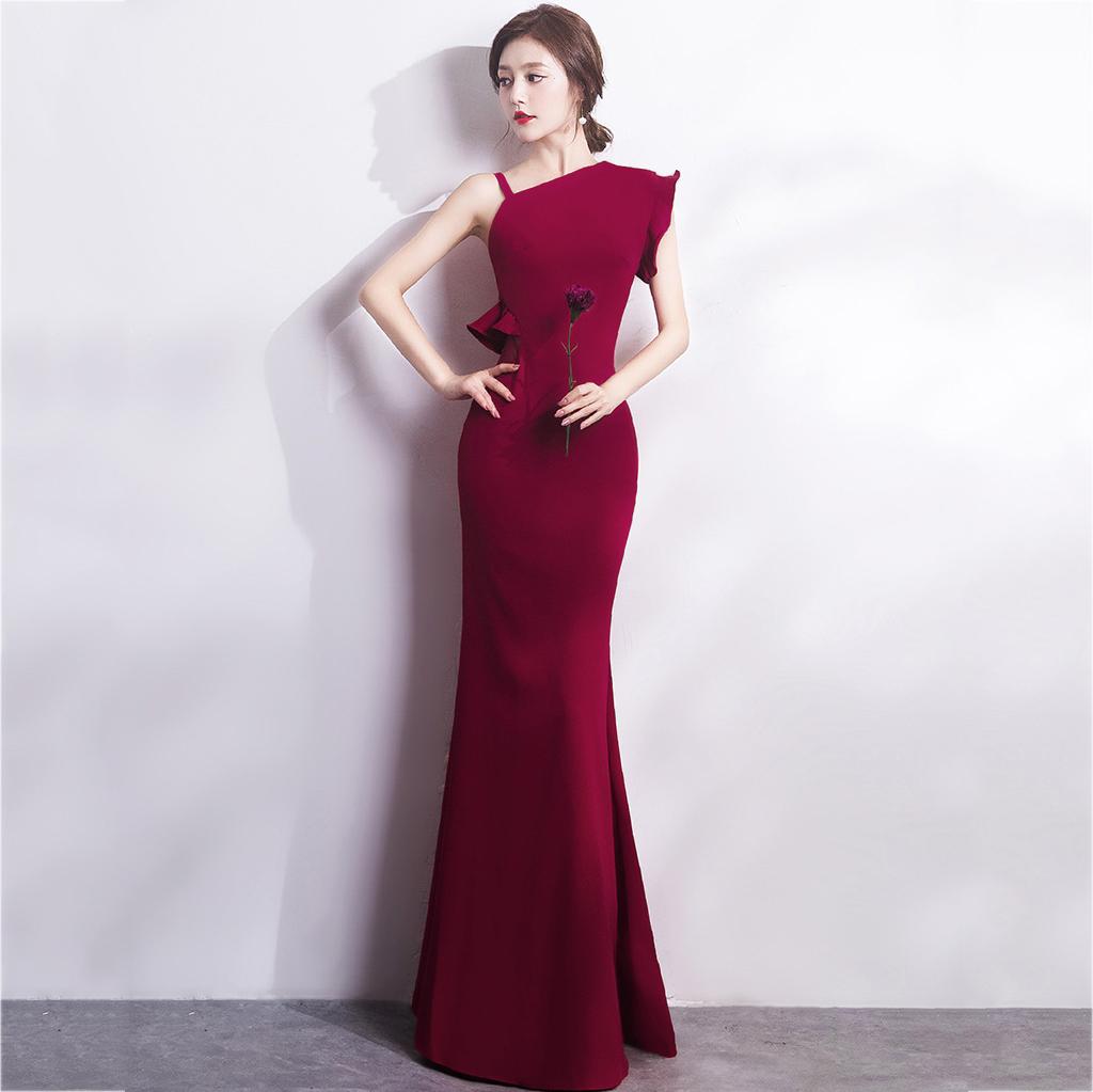 ชุดราตรียาวสีแดงเข้ม ไหล่เฉียงข้าง สาวๆที่กำลังหาชุดออกงาน / ชุดไปงานแต่งานสไตล์เรียบหรู สวยหรู ดูดี