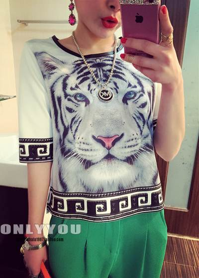 (SALE) เสื้อแฟชั่น แต่งหมุดที่แขน ลายเสือ สีขาว