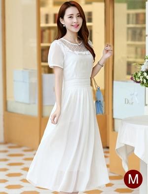 ชุดเดรสยาวสวยๆ สีขาว ผ้าชีฟอง คอกลม ช่วงไหล่แต่งด้วยผ้าซีทรูจับจีบระบาย แขนสั้น เอวคาดด้วยผ้า ซิปข้าง ซับในทั้งตัว ขนาดไซส์ M