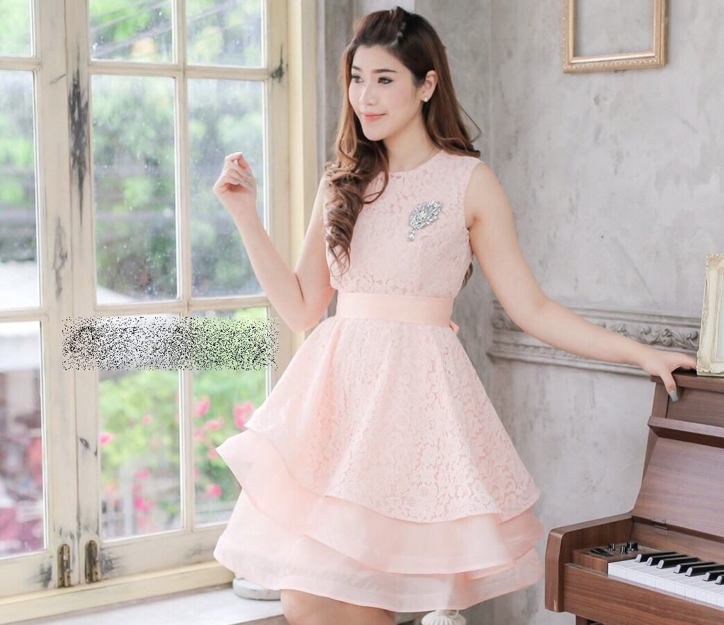 ชุดไปงานแต่งงาน ชุดออกงานสีโอรส สวยหรู น่ารักๆ เดรสสั้นผ้าลูกไม้ ดีเทลที่กระโปรงตัดเป็นทรงเฉียง ทรงสวย ดูมี volume