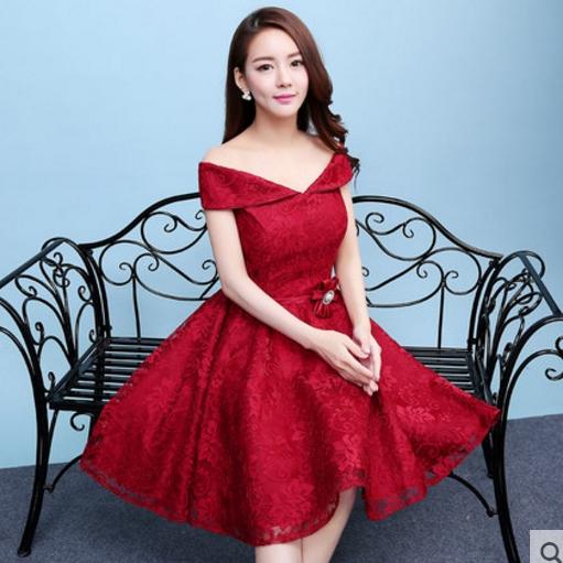 ชุดเดรสออกงานสีแดง ผ้าลูกไม้เกรดพรีเมี่ยม เปิดไหล่ เอวแต่งดอกไม้ ลุคสวยหวานสไตล์เจ้าหญิง ใส่เป็นชุดออกงาน ชุดไปงานแต่งงาน