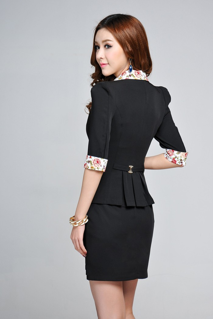 เสื้อสูทแฟชั่น เสื้อสูทผู้หญิง สีดำ แขนสามส่วน แขนพับ คอปก และ ช่วงเอว ด้วยผ้าลายดอกไม้ เข้ารูปช่วงเอวจับ จีบด้านหลัง