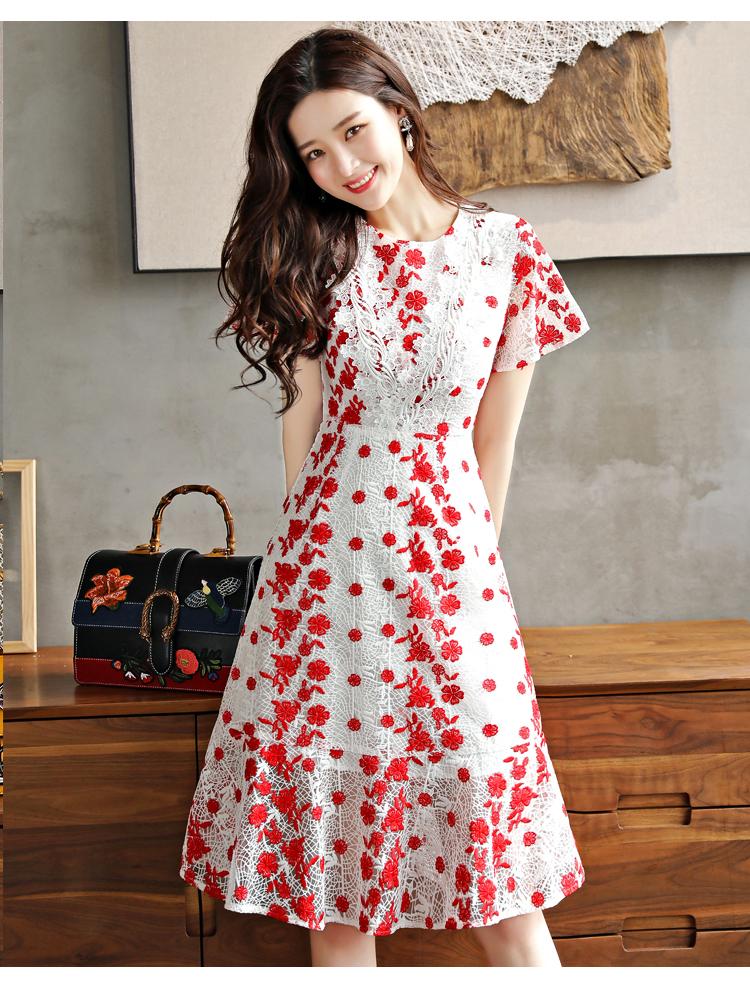 เดรสผ้าลูกไม้ถักพื้นสีขาว ลายดอกไม้สีแดง หน้าอกคาดด้วยผ้าถักโครเชต์สีขาว