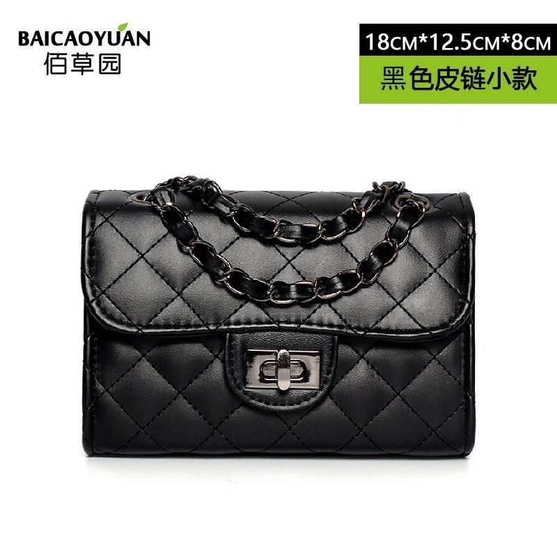 Pre-order กระเป๋าผู้หญิงสะพายข้างใบเล็ก ทรงกล่องสายสะพายโซ่สลับหนัง สไตล์ Chanel แฟชั่นเกาหลี รหัส Yi-80081-1S สีดำ-โซ่เงินเล็ก