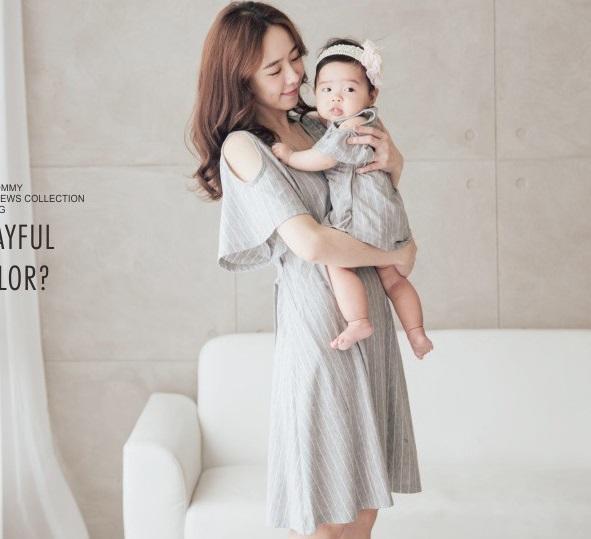 ชุดเซ็ตคุณแม่เปิดให้นมได้ เสื้อเทาลายเส้นสีขาว +ชุดบอดี้สูทเด็กน้อยเปิดไหล่ น่ารักมากๆค่ะ